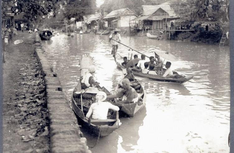 Navigazione sul canale a Bangkok