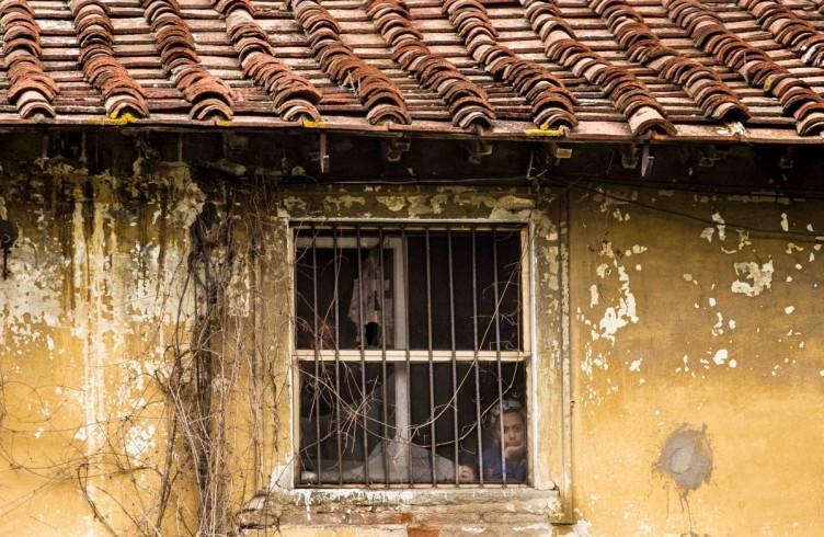 Occupazione di una villa annessa ad un albergo in via Barsanti da parte di una tribù Rom. Sgombero e frizioni con il vicinato, estate 2014