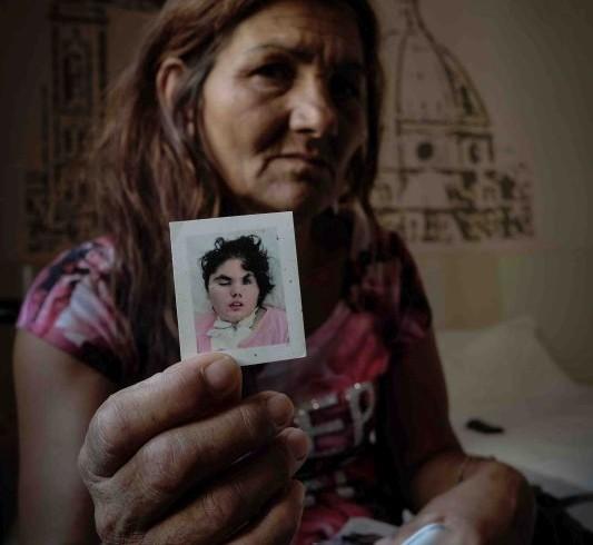 Biserta Nikolic, donna croata sfrattata con l'inganno da un locatore senza scrupoli. Ha una figlia di 16 anni in stato vegetativo dopo un colpo di pistola. Estate 2015