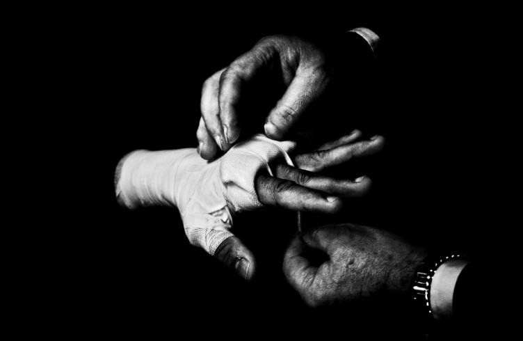 6. ITALIA. Firenze, 4 novembre 2011. Mandela Forum, la sera dell'incontro valevole per il titolo europeo dei pesi welter. Mr. Loreni, manager di Leonard Bundu, prepara le mani dell'atleta per l'incontro.