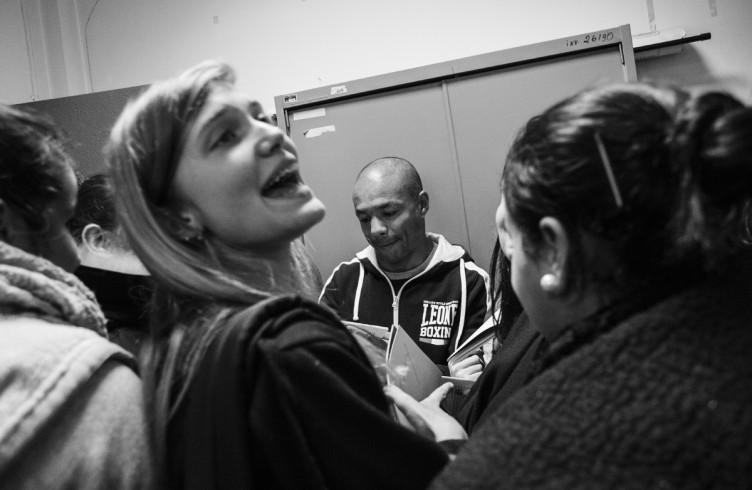 15. ITALIA. Firenze, 21 novembre 2014. Leonard Bundu celebra il suo quarantesimo compleanno tenendo una lezione presso una scuola superiore.