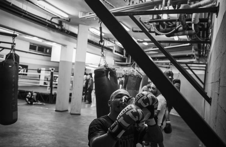 17. ITALIA. Firenze, 24 novembre 2014. Leonard Bundu durante gli allenamenti per il combattimento di Las Vegas contro Keith Thurman, detentore del titolo mondiale WBA ad interim dei pesi welter (detentore assoluto del titolo Floyd Mayweather).