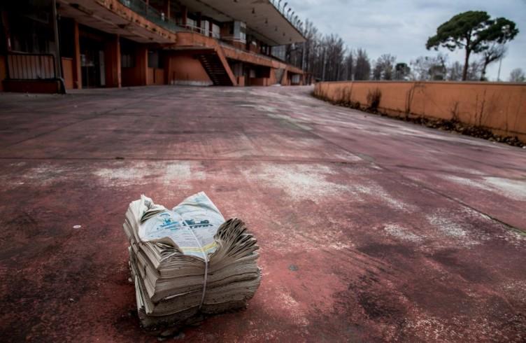 10 Le Mulina, un pacco di programmi delle corse abbandonati vicino alle tribune
