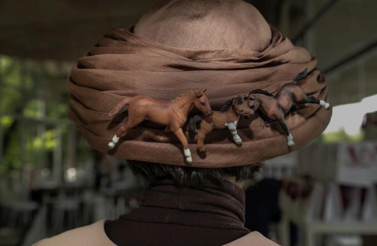 14 Visarno, una signora sfoggia un cappellino a tema in occasione del trofeo Cupolone