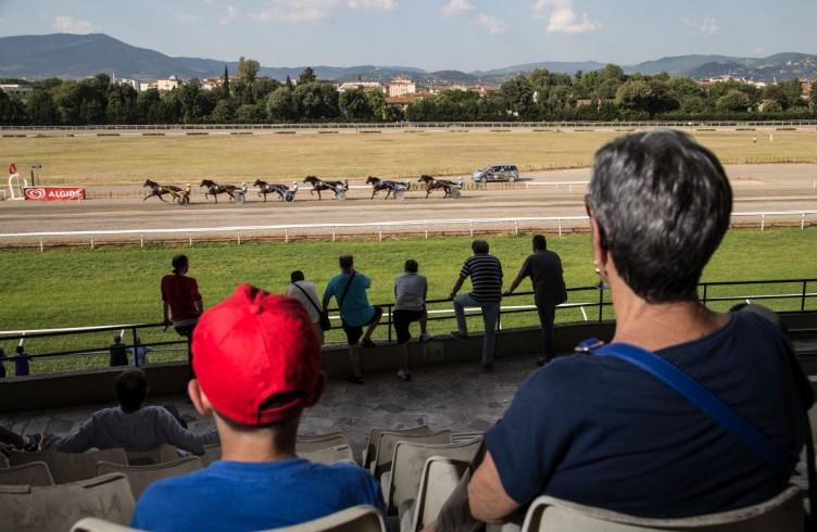 19 Visarno, spettatori assistono a una corsa di trotto