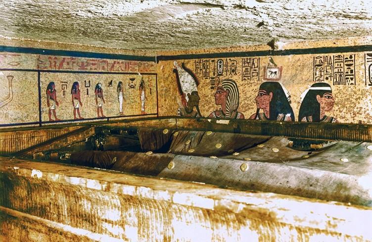 Foto colorizzata della camera sepolcrale dopo la rimozione della prima cappella. È visibile il telo di lino con le rosette di bronzo - foto Harry Burton