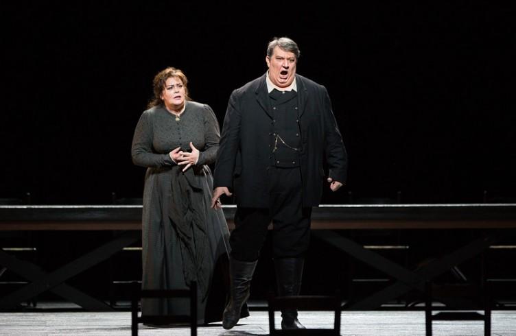 """Violeta Urmana come Santuzza e Ambrogio Maestri come Alfio in """"Cavalleria Rusticana"""" di Mascagni. Photo by Marty Sohl/Metropolitan Opera"""