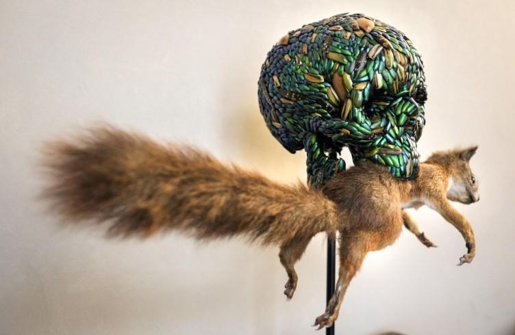 Teschio con scoiattolo (2012) Misto di elitre di scarabeo gioiello, polimero, animale imbalsamato Foto di Emiliano Cribari © Angelos Bvba
