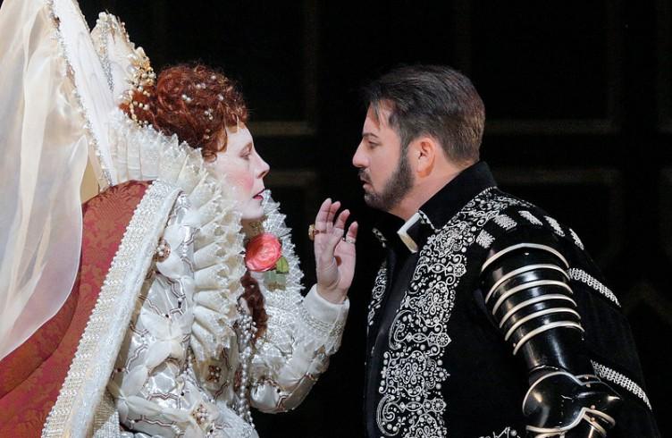 Sondra Radvanovsky come Elisabetta e Matthew Polenzani nel ruolo del titolo, nel Roberto Devereux, di Donizetti. Photo by Ken Howard/Metropolitan Opera