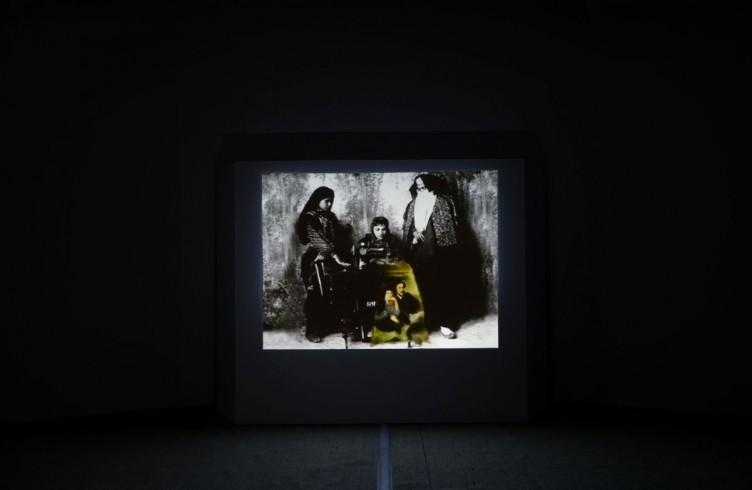 Anri Sala Dejeneur avec Marubi, 1997, Video, 4 min 60 sec. Courtesy AGIVERONA Collection, Galerie Bugada & Cargnel Paris Veduta Santa Maria della Scala, Siena PH. Michele Alberto Sereni