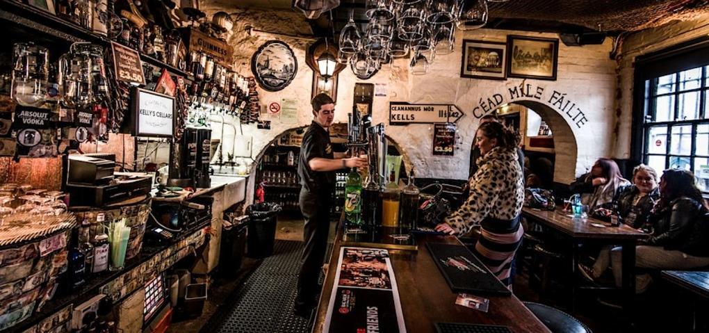 L'interno del Kelly's, un pub di Belfast