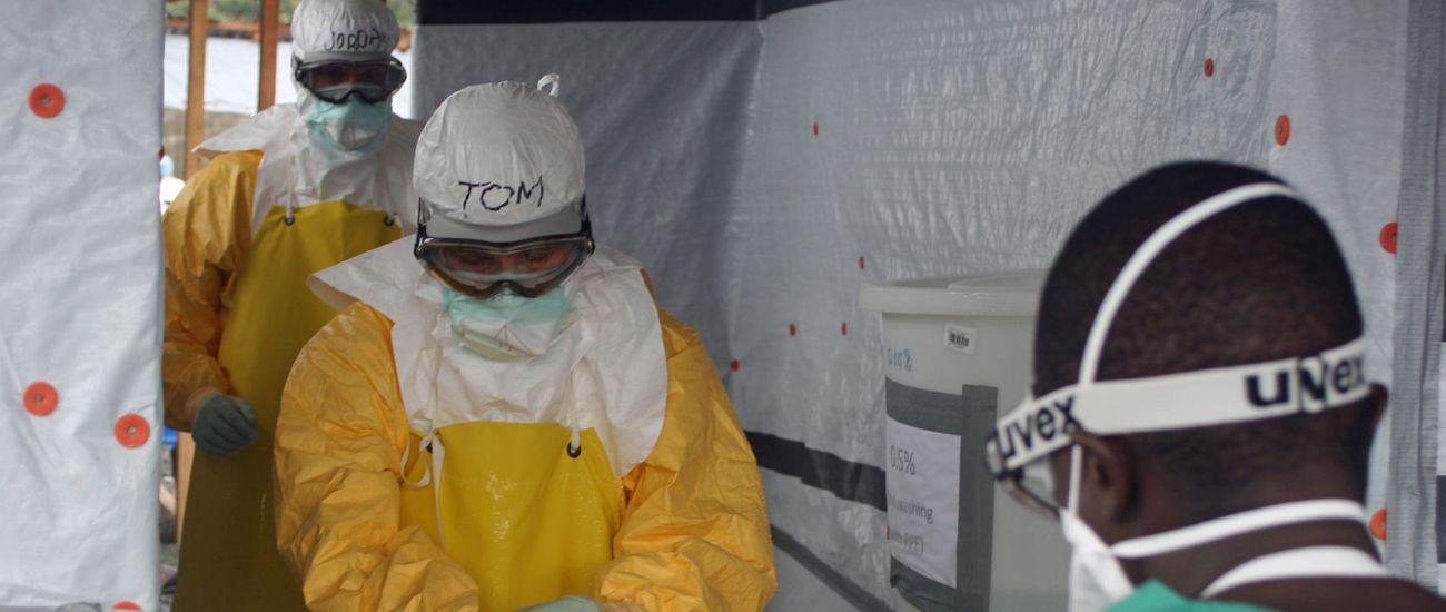Tom Frieden, direttore dell'US Centers for Disease Control and Prevention, esce dall'unità di trattamento per l'Ebola, ELWA 3, a Monrovia.